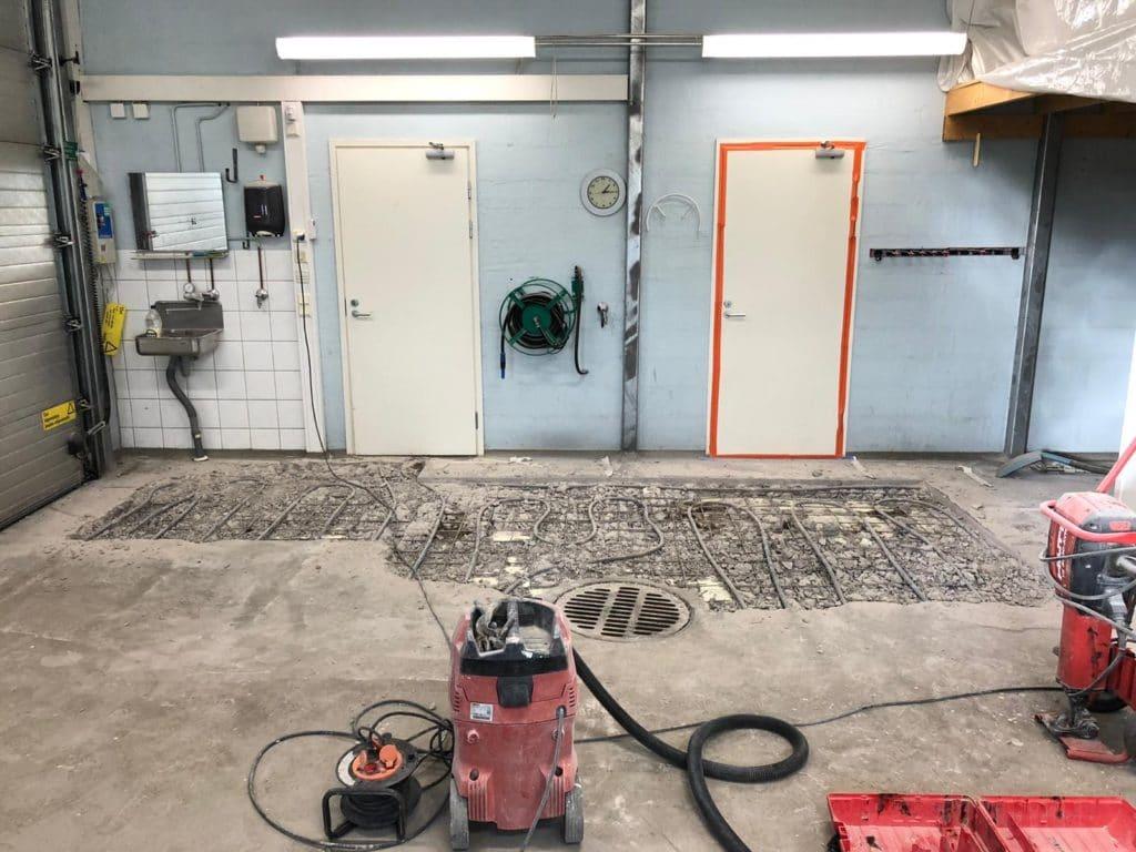 Purkutyöt, Omakotitalon yhteydessä olevan autotallin lattian avaus.